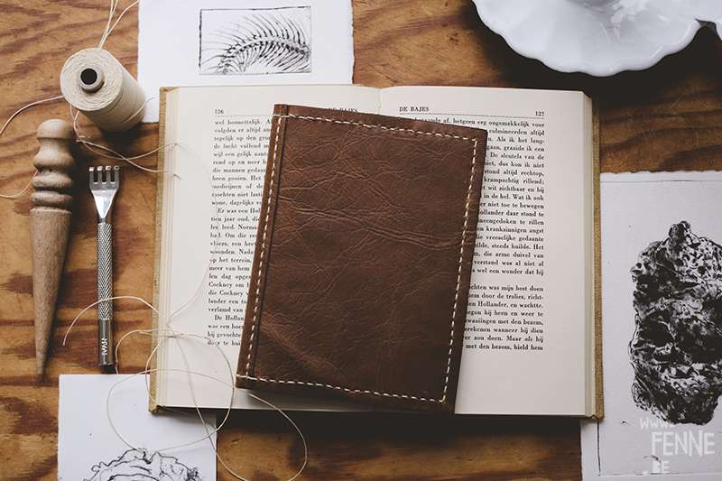 Leathercraft, leatherwork, learning new skills, old Jack London book, Tusschen de wielen/ the Road, nature-inspired etch, leatherworking tools, dark academia, www.Fenne.be