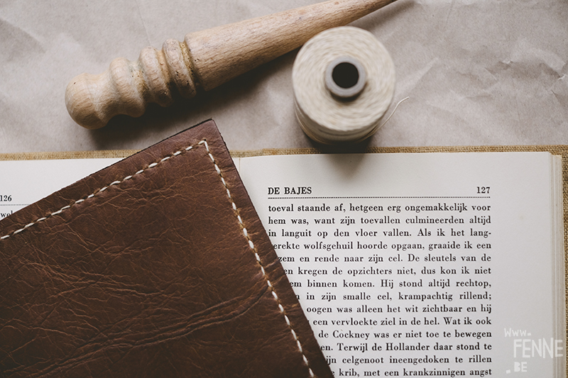 Leather craft, leather work, learning new skills, old Jack London book, Tusschen de wielen/ thr Road, nature inspired etch, leather working tools, dark academia, www.Fenne.be