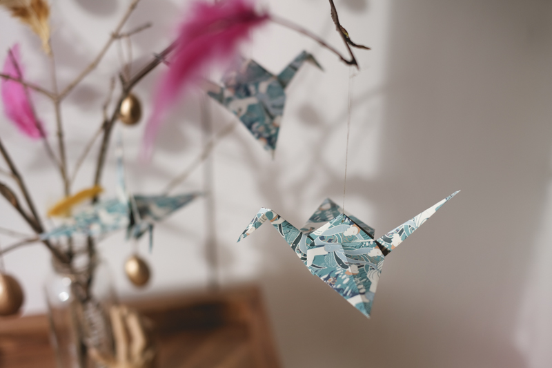 Easter tree decor with origami cranes, golden eggs, and pink feathers, www.Fenne.be