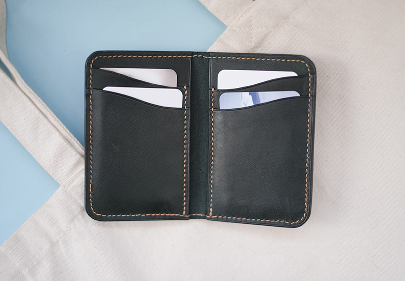 Leathercraft practice: card case wallet, leather goods, veg tan leather. www.Fenne.be