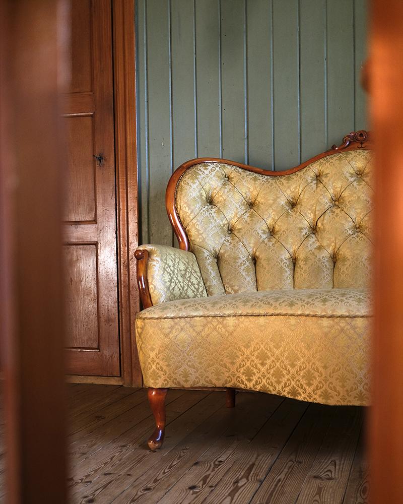 Sweden loppis find, neo Rococo sofa, old house, artist atelier, www.Fenne.be