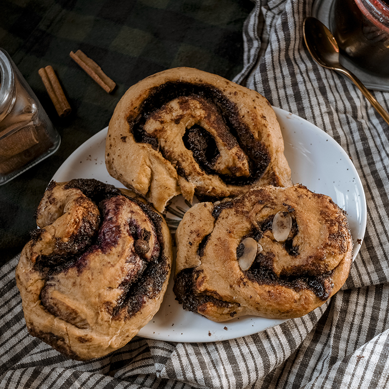 October 4th, cinnamon buns day in Sweden and Finland. Cinnamon rolls with chocolate and blueberry jam recipe, taste of Scandinavia, www.Fenne.be